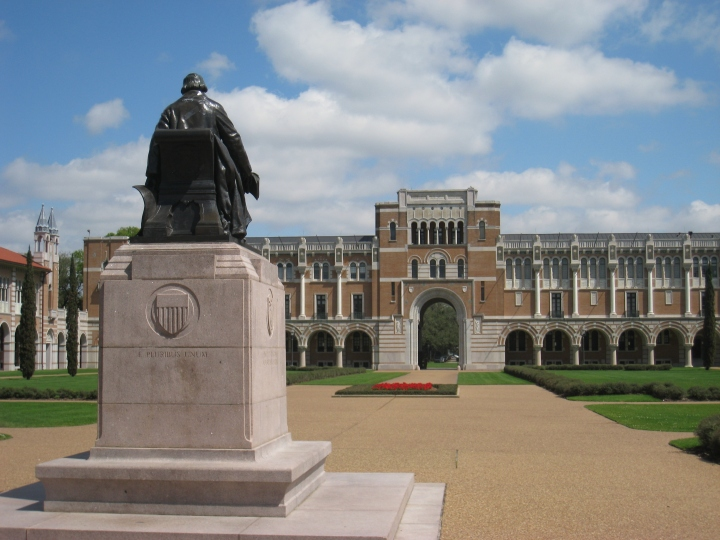 Rice_University_-_Rice_statue_with_Lovett_Hall